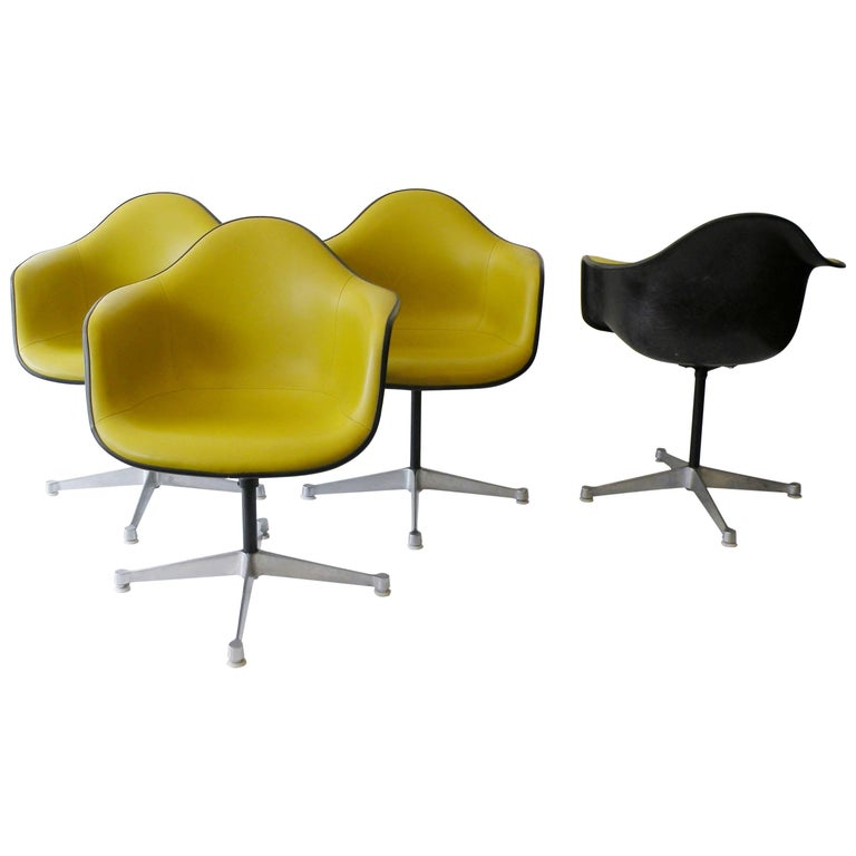 Charles & Ray Eames Herman Miller Set of Four Aluminum Group Shell Armchairs For Sale