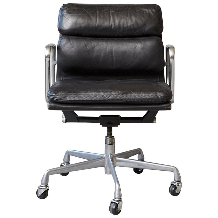 eames aluminum group black leather soft pad chair on casters for herman miller for sale at 1stdibs. Black Bedroom Furniture Sets. Home Design Ideas