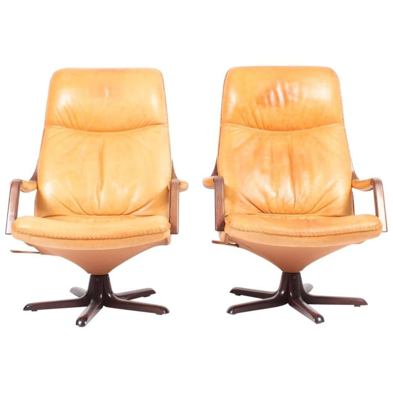 Pair of Recliners in Patinated Leather Model Berg C90 For Sale