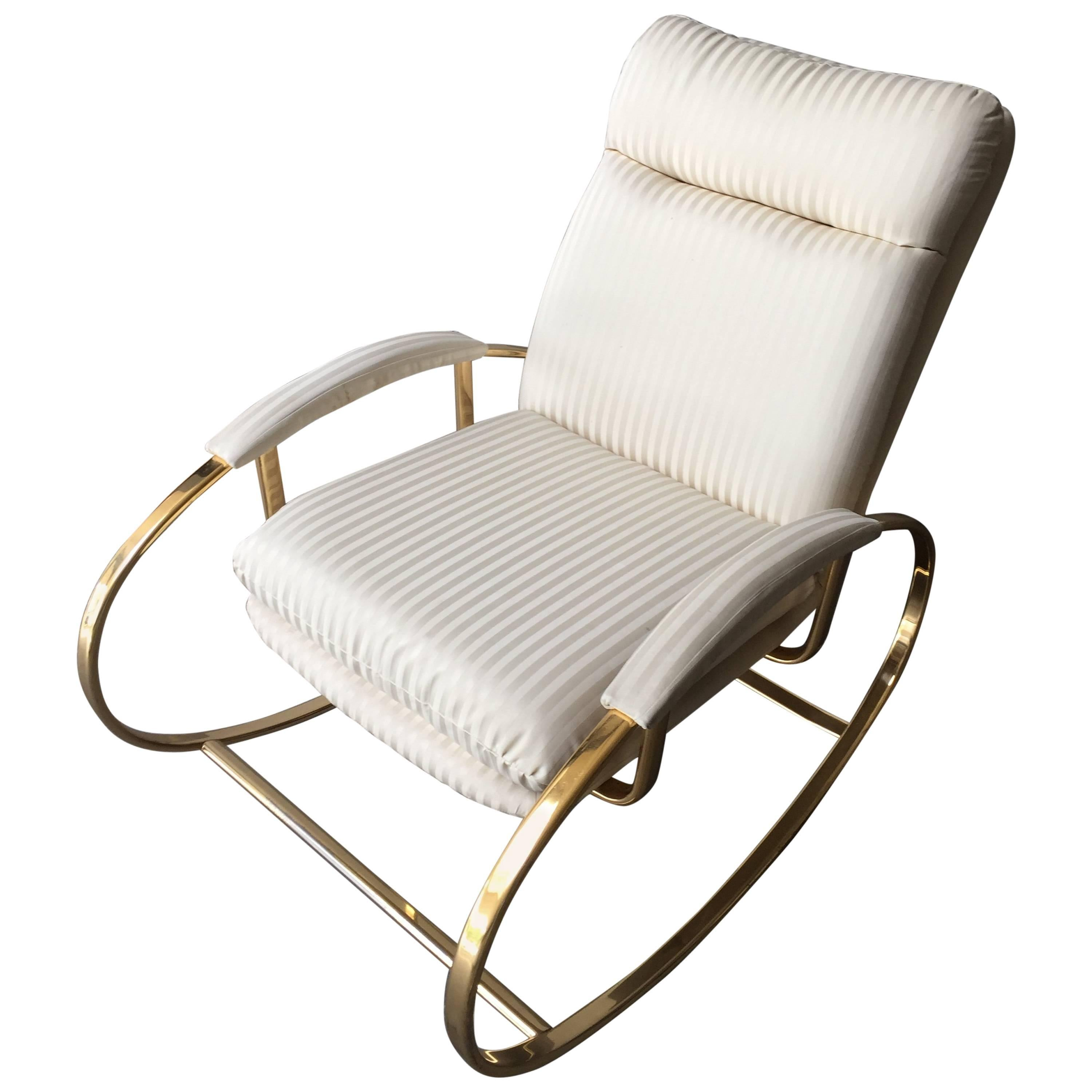 Merveilleux Italian Brass Metal Rocking Chair With White Original Fabric From 1960s For  Sale