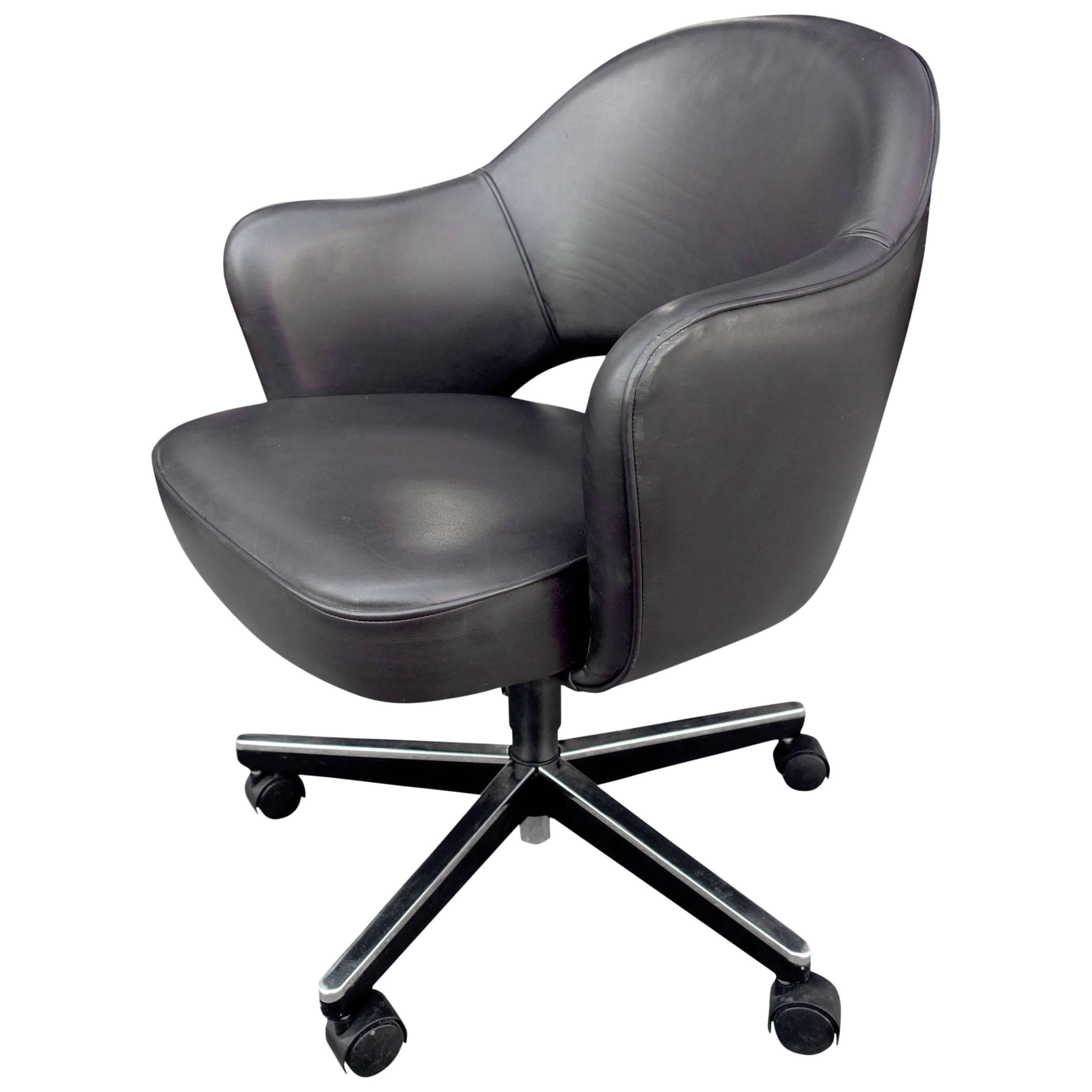 Delightful Midcentury Saarinen Executive Armchair For Knoll In Leather For Sale