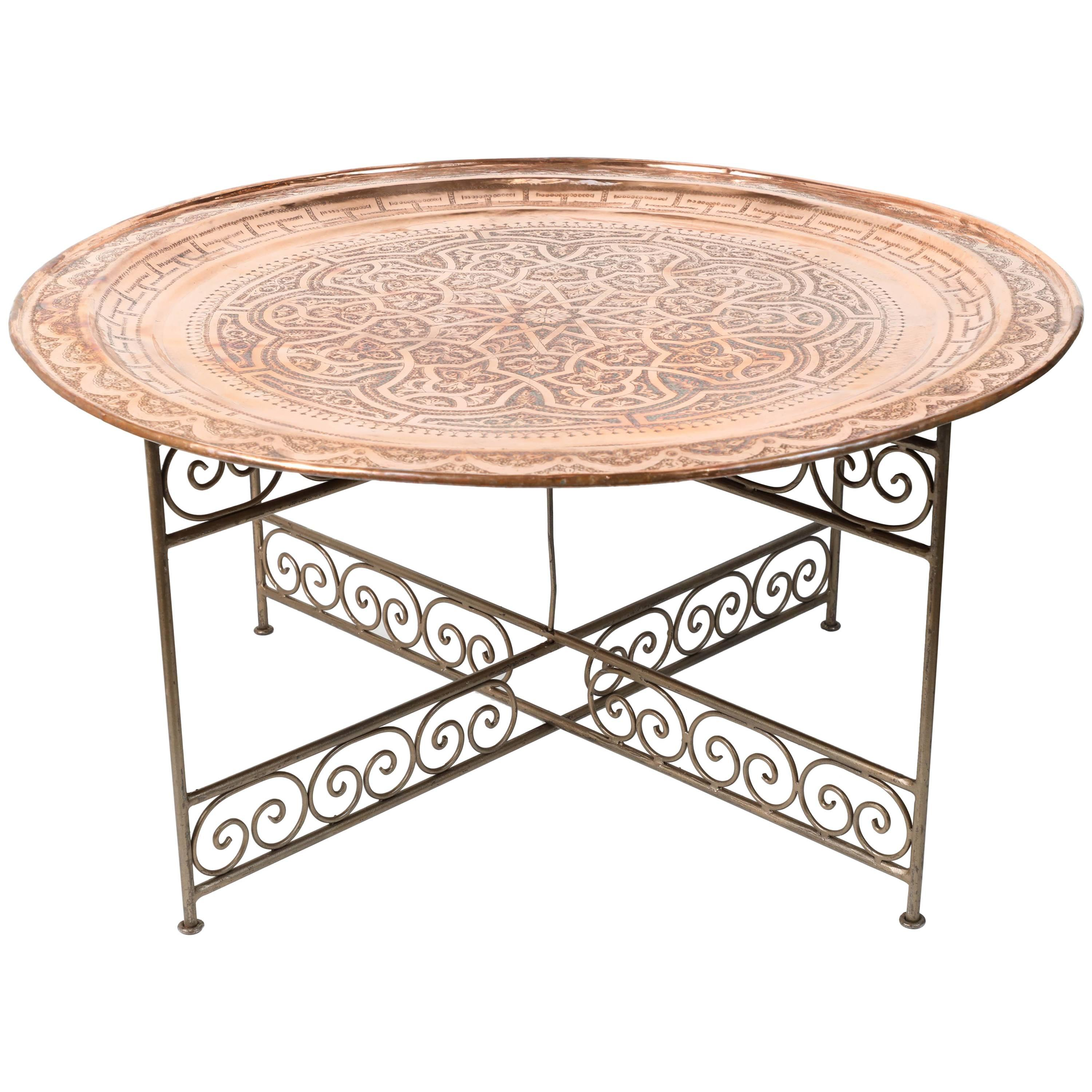 Charmant Moroccan Round Metal Tray Table On Iron Base For Sale