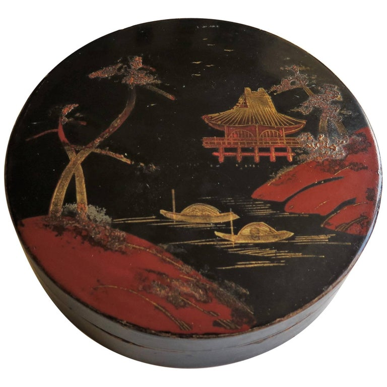 Japanese laquered Papier Mâché Circular Lidded Box Hand-Painted, circa 1910 For Sale