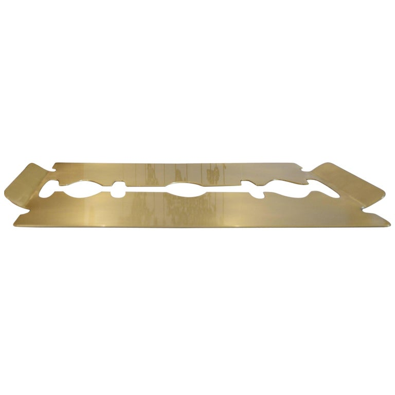 The shape of the tray resembles the blade of a razor, a playful proposal of the designer. Topcoat in brass plating aged.