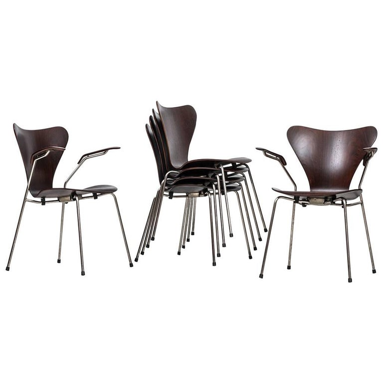 Arne Jacobsen Dining Chairs Model 3107 and Two Armchairs Model 3207