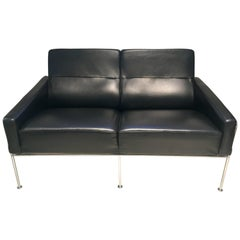 Arne Jacobsen Black Leather Airport Sofa, Model 3302, Produced by Fritz Hansen