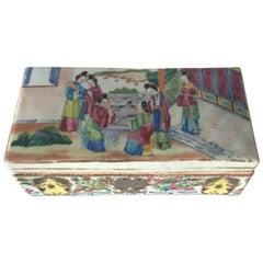 Chinese Daoguang Reign Famille Rose Box with Cover