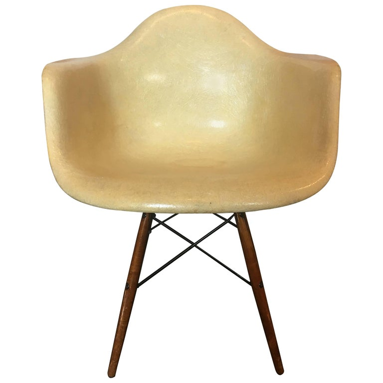 Charles & Ray Eames Dowel Leg Swivel Paw Armchair by Herman Miller, 1949 For Sale