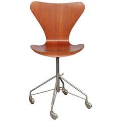 Arne Jacobsen 1950's Model 3117 Fritz Hansen Sevener Adjustable swivel chair