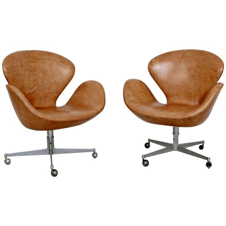 Mid-Century Modern Arne Jacobsen Frtiz Hansen Pair Swivel Leather Swan Chairs