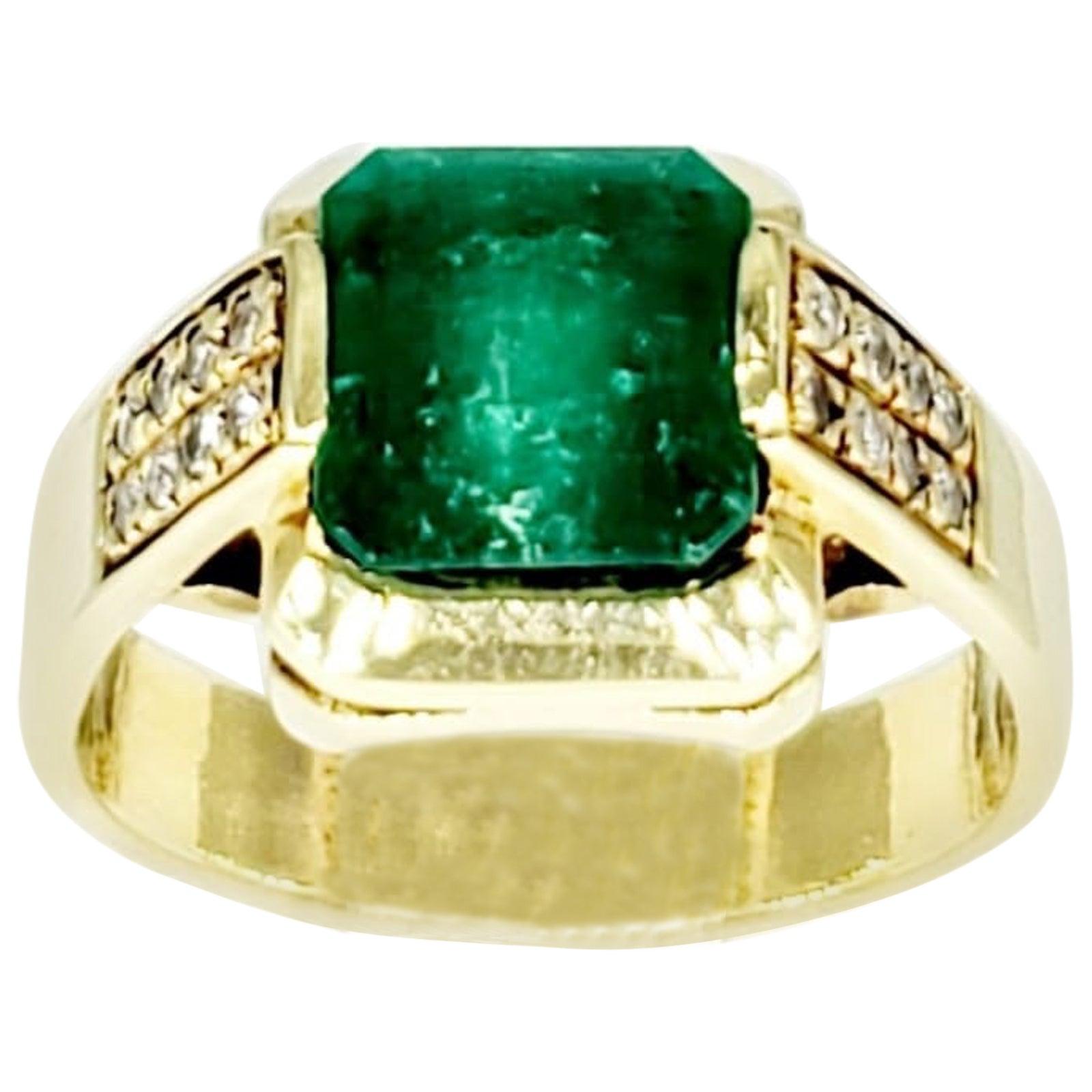 Vintage 2.50 Carat Colombian Emerald and Diamonds 18 Karat Gold Ring