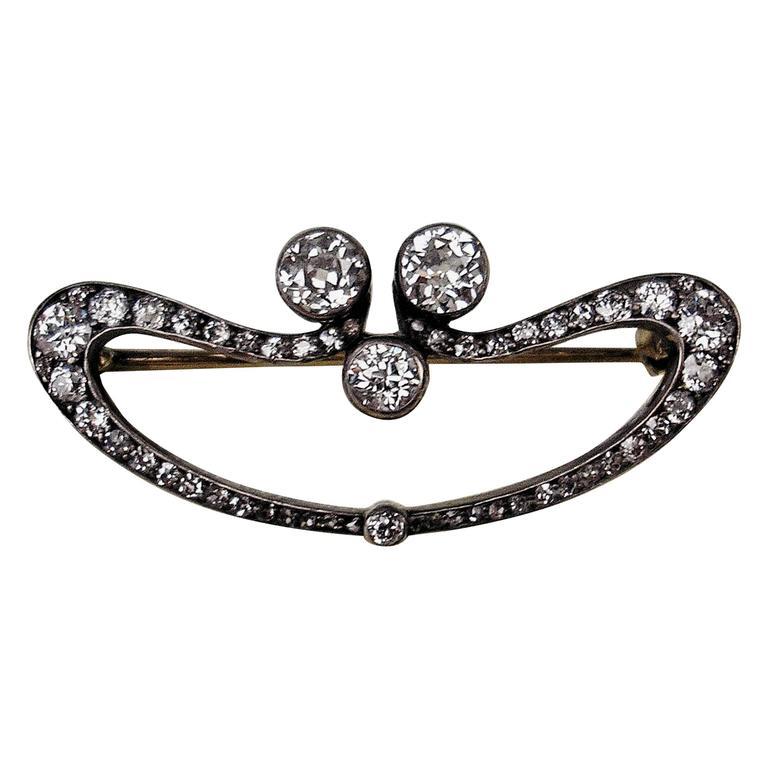 1900s Austrian Art Nouveau Elliptic Diamonds 1.80 Carats Gold Brooch  For Sale