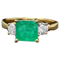 2.40 Carats Natural Emerald and Diamond 14K Solid Yellow Gold Ring