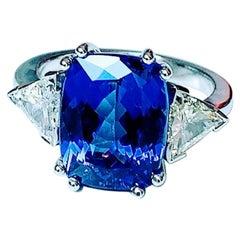 Tanzanite Cushion 6,37 Carat and Pair Trillant Diamond Ring White Gold 18 Carat