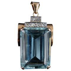 1940s Late Art Deco 30 Carats Aquamarine And Diamonds Gold Pendant