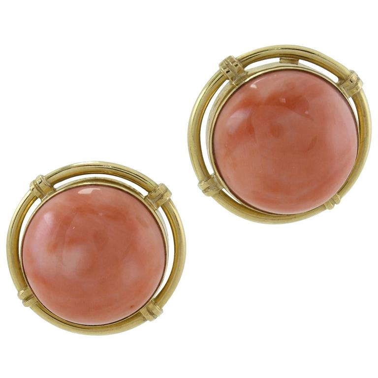 Clip-on earrings in 18k yellow gold mounted with coral buttons. Coral 16.50 gr Tot.Weight 24.60 R.F ooci