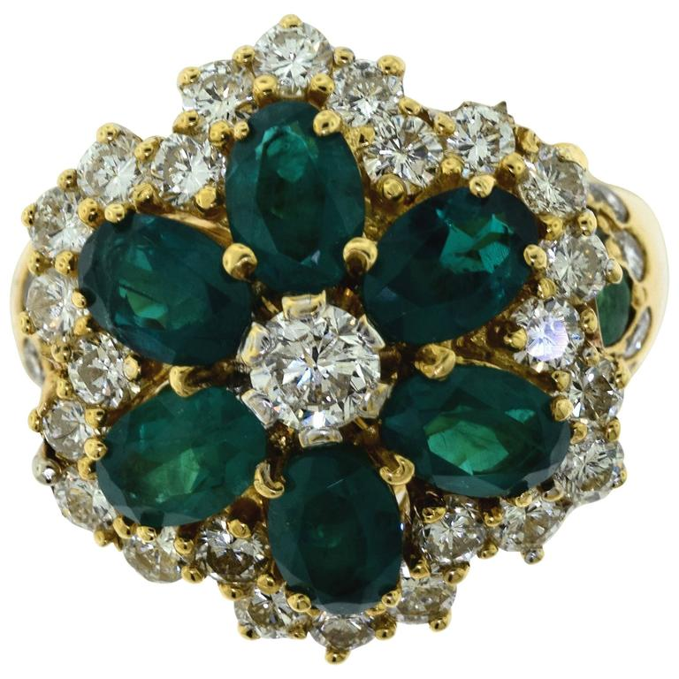 emerald and 18 karat yellow gold flower ring 10