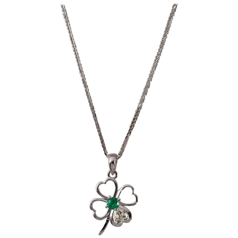 Clover Motif Pendant with Heart Shape Diamond For Sale at 1stdibs