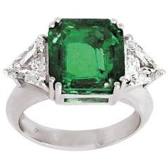 Gubelin Colombian Emerald Carat 5.48 Two Triangular Diamonds Carat 1.65 Ring