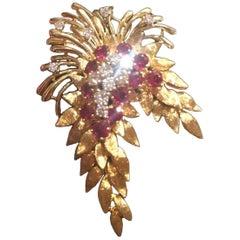 French 1940s French 18 Karat Gold 4.84 Carat Ruby VS Diamond Necklace Pendant