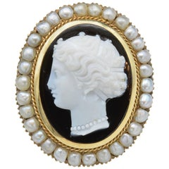 Hand-Carved Onyx Cameo Brooch with Pearl Halo from Napoleon III in Yellow Gold