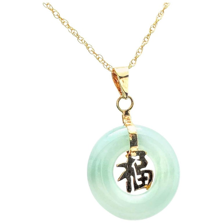 14 Karat Yellow Gold Green Jade Pendant Necklace 1.7 Grams