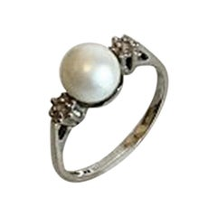 Ring in 14 Karat White Gold with Pearl and Two Small Brilliants