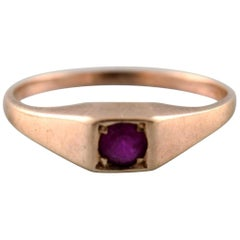 Vintage Ring of 14 Karat Gold, Front with Facet Cut Violet Stone