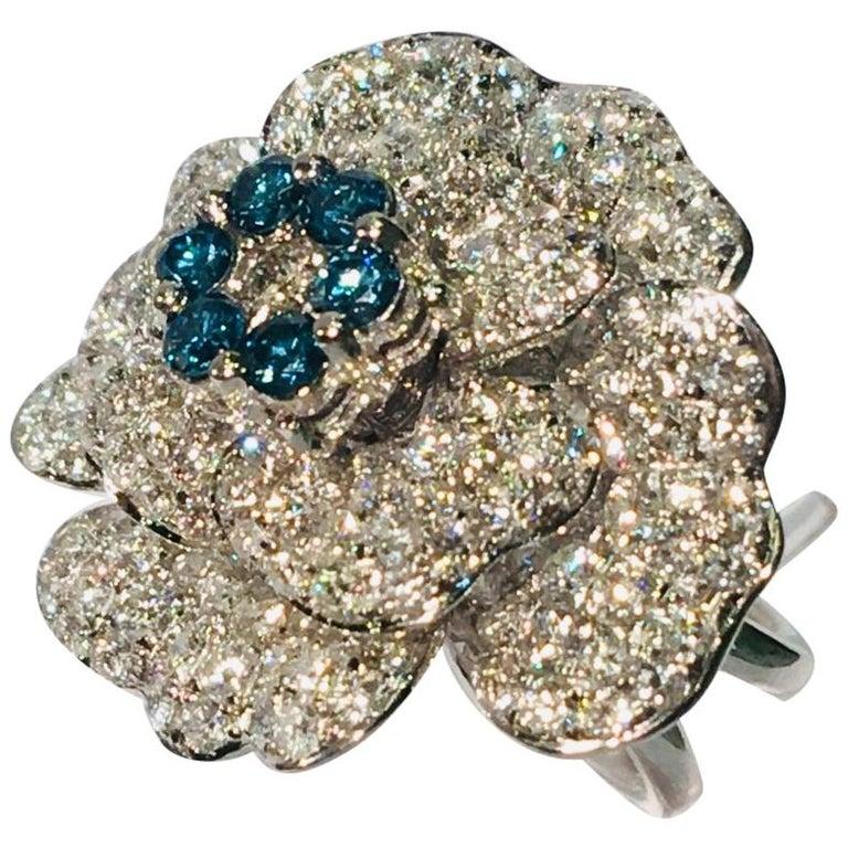 5,07 Karat Weißer und Blauer Diamant Kamelie Blume 18 Karat Weißgold Ring 1