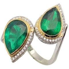 Smaragde und Diamanten Bypass Ring in Platin und 18 Karat Gold, Birnenförmig