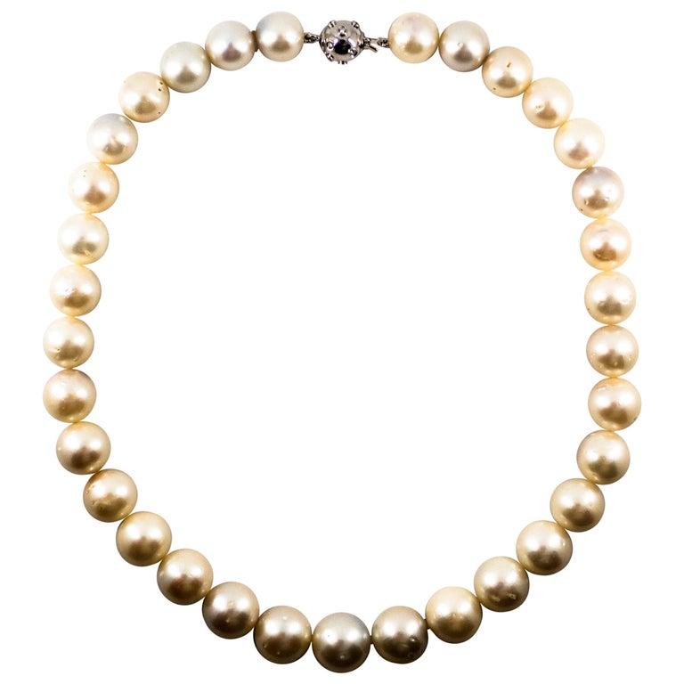 0.28 Carat White Diamond 510.0 Carat Australian Pearl White Gold Beaded Necklace For Sale