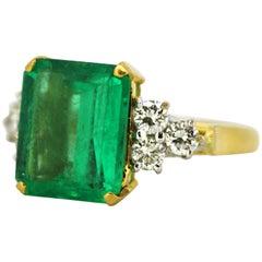 18 Karat Gold Ladies Ring with Emerald and Diamonds