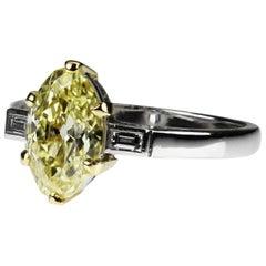 GIA Zertifizierter Ovaler Fancy Gelber Diamant Single Stone 1,83 Karat VS1 & Baguette Ring