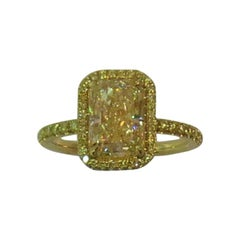 18 Karat Gold Ring Set with 2.36 Carat Light Fancy Yellow Radiant Cut Diamond