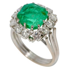 Luxurious 18 Karat White Gold Ring with Large Emerald and 12 Diamonds