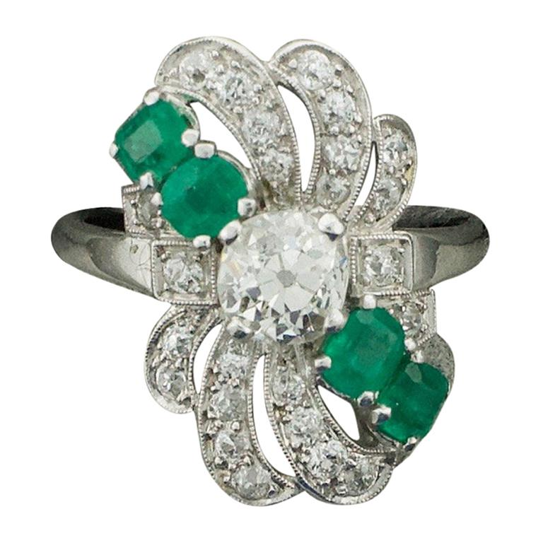 Diamond and Emerald Ring in Platinum, circa 1930s For Sale