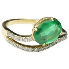 14 Karat Gold Ladies 1.50 Carat Colombian Emerald and Diamonds Accented Ring