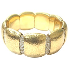 18 Karat Yellow Gold Hammered Bangle Bracelet with Pavé Diamonds 4.14 Carat