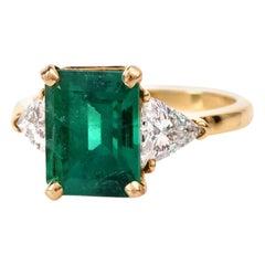 1980s Very Fine Colombian Emerald Triangular Diamond Gold Ring