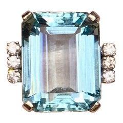 Retro Midcentury 18 Karat 1950s 18.5 Carat Aquamarine VS Diamond Cocktail Ring