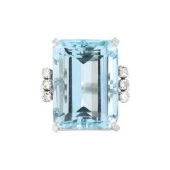 1950s 16.5 Carat Emerald Shape Aquamarine Diamonds Cocktail 18 Karat Gold Ring
