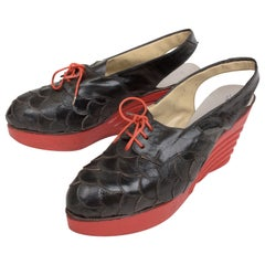 Pair of 1940s shoes in leather and wedge heel in red wood