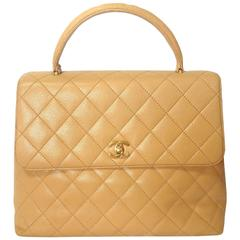 Vintage CHANEL beige brown caviar leather kelly handbag with golden CC closure.