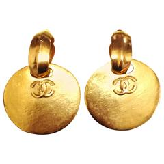 Vintage CHANEL large round dangling earrings with CC mark motif. Perfect jewelry