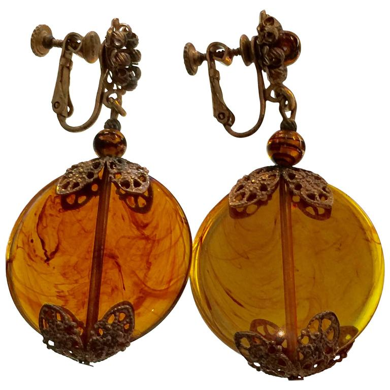 1960s MIRIAM HASKELL Mottled Amber Glass Disc Drop Earrings Goldtone Filigree For Sale