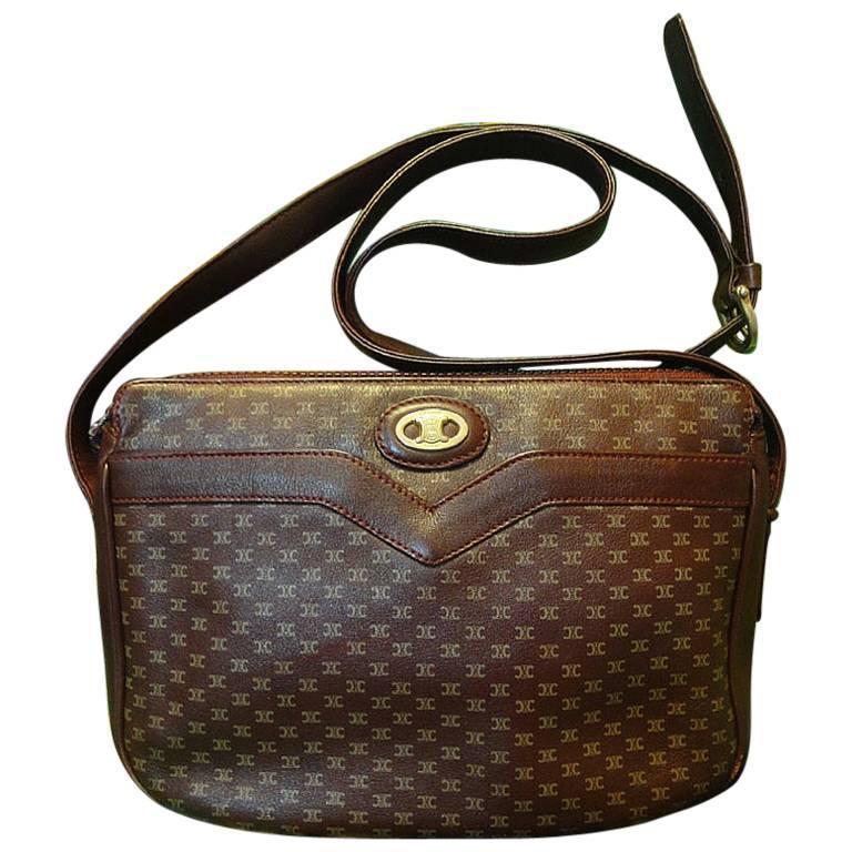 80's vintage Celine shoulder purse in bordeaux, burgundy leather with blason. 1