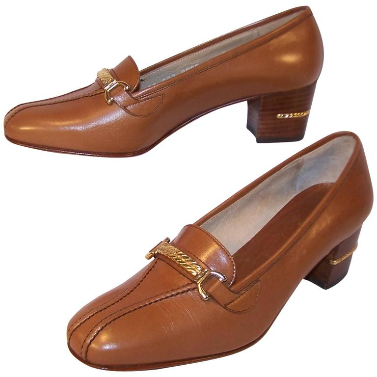 1970's Classic Gucci Tan Leather Heeled Loafers With Gold Braid Buckles For Sale