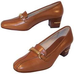 1970's Classic Gucci Tan Leather Heeled Loafers With Gold Braid Buckles