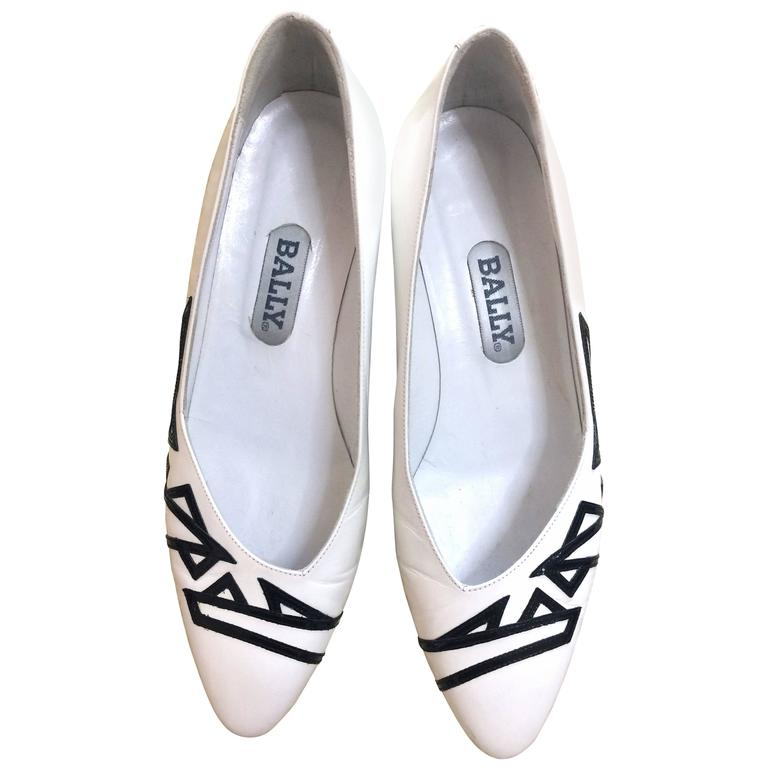 Vintage BALLY white and black leather flat shoes, pumps with geometric design. For Sale