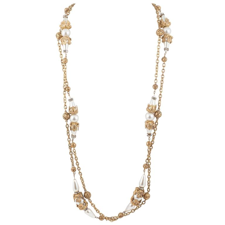 Chanel very long and elegant gilt and pearl sautoir, by Maison Goossens, 1950s For Sale
